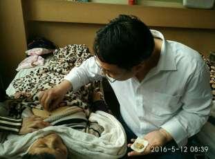 Le petit fils de Xie Xiliang en train de soigner une malade atteinte de cancer de l'œsophage